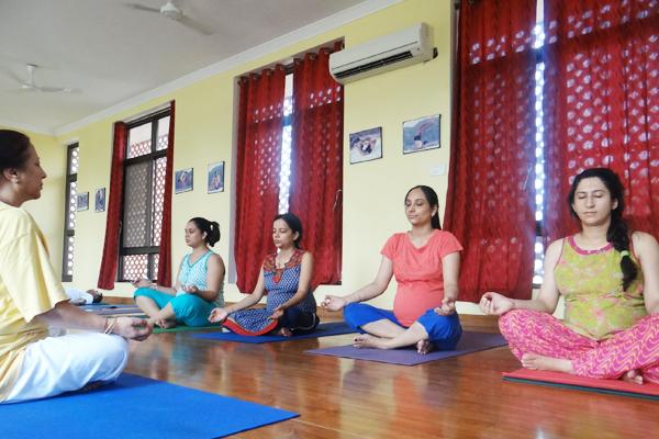 sivananda-dwarka-prenatal-yoga-class